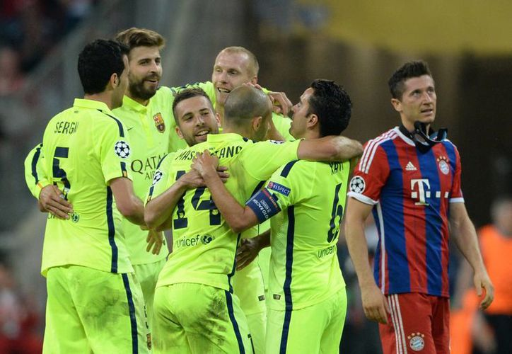 Jugadores del Barcelona celebran, pero la victoria de este martes no les fue suficiente para calificar a la final de la UEFA Champions League. (AP)