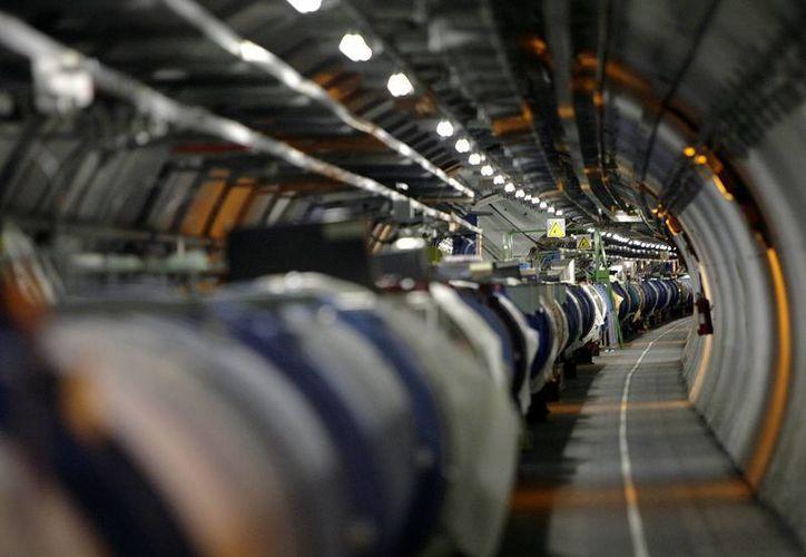 Foto de archivo que muestra una vista del Gran Colisionador de Hadrones en su túnel en el Laboratorio Europeo de Física de Partículas, CERN, cerca de Ginebra, Suiza. (Agencias)