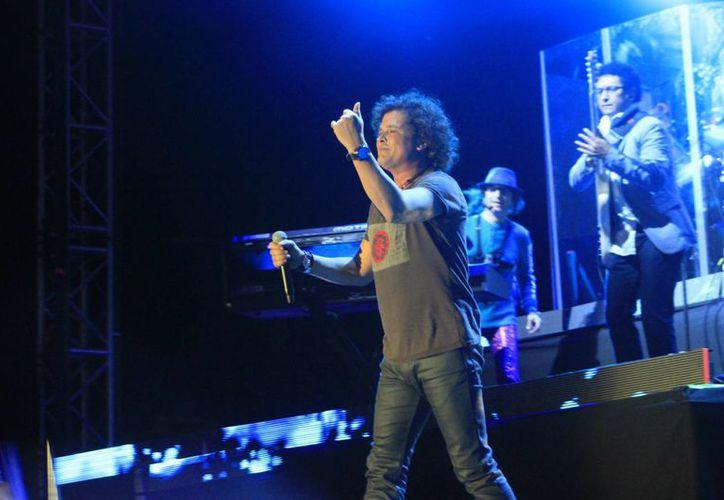 Carlos Vives interpretó diversas canciones de su décimo tercer disco que pusieron a bailar a los asistentes al son de vallenato y cumbia. (Harold Alcocer/SIPSE)