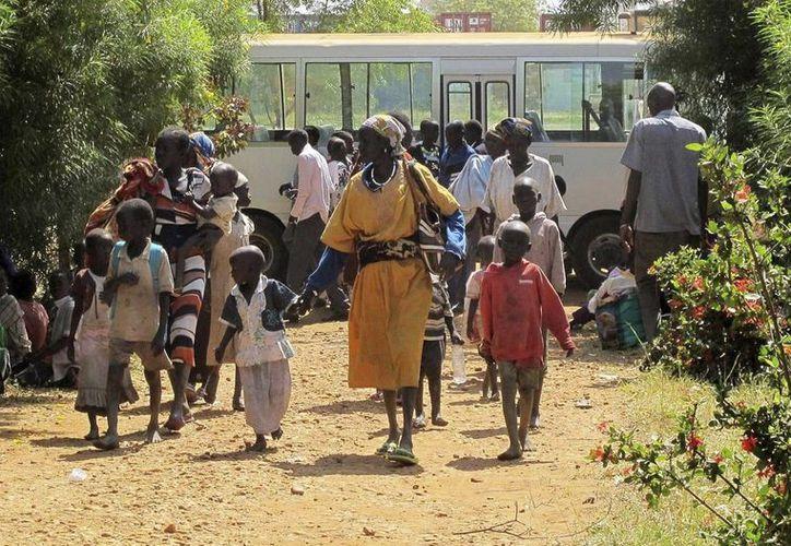 Foto facilitada ayer por la misión de la ONU en Sudán del Sur que muestra a civiles refugiados en un recinto de la ONU a las afueras de Juba. (EFE)