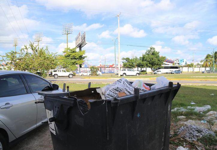 Los ciudadanos deben colocar la basura en los lugares indicados. (Israel Leal/SIPSE)