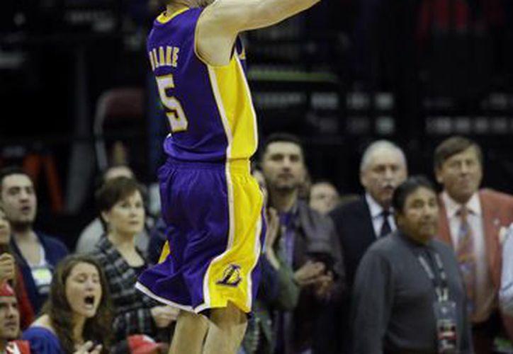 Steve Blake durante el lanzamiento del tiro que le dio el gane a Lakers. (Agencias)