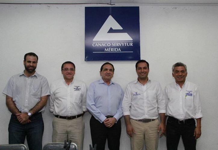 Líderes de la Canaco con candidatos encabezados por Mauricio Vila. (SIPSE)