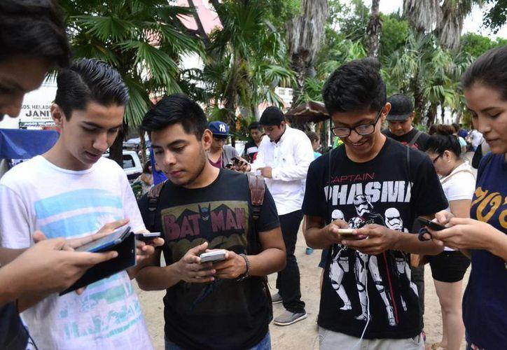 Cientos de 'adictos' a Pokémon Go salieron a las calles de Mérida a cazar a los monstruos virtuales. (Milenio Novedades)