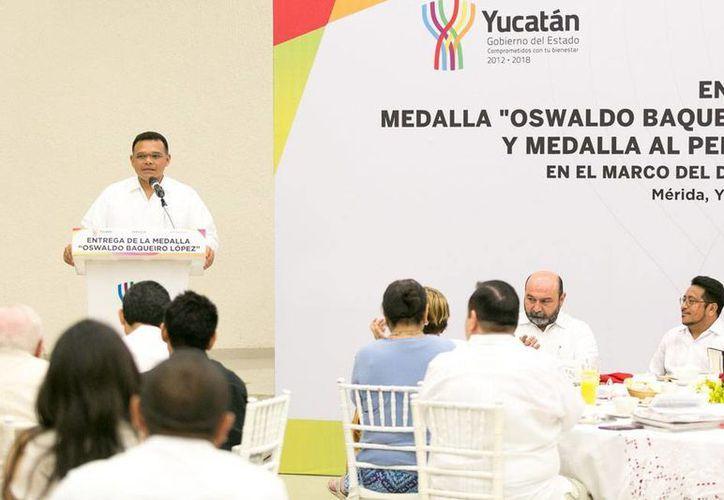 El gobernador del Estado, Rolando Zapata Bello, entregó la medalla 'Oswaldo Baqueiro López'. En la imagen, el mandatario da el discurso oficial. (Oficial)