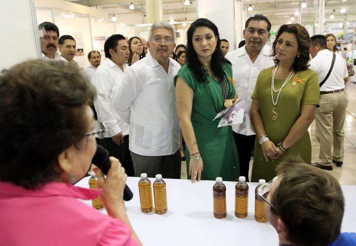 Laura Vargas, del DIF Nacional, (en medio), estuvo acompañada de autoridades del Gobierno estatal en la Expo Inclusión 2013. (Milenio Novedades)