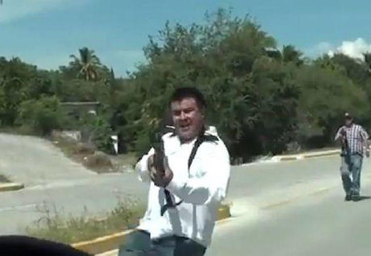Agentes de Inteligencia e Investigación de la Policía Federal apuntaron con sus armas a periodistas que se dirigían a la zona de Guerrero donde han sido halladas por lo menos 12 fosas clandestinas. (Captura de pantalla de YouTube)