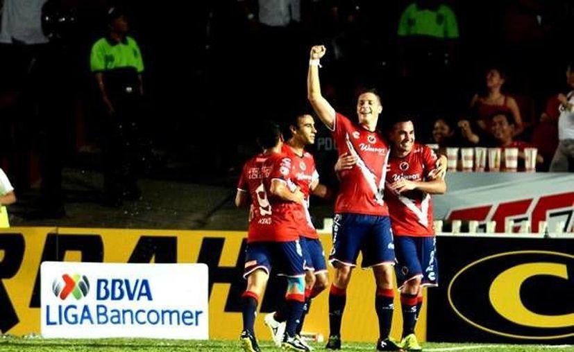 Julio Furch celebra uno de los goles con que Veracruz ganó 2-0 a Chivas de Guadalajara en el primer partido del torneo Apertura 2015 de la Liga MX. (mexsports.com)