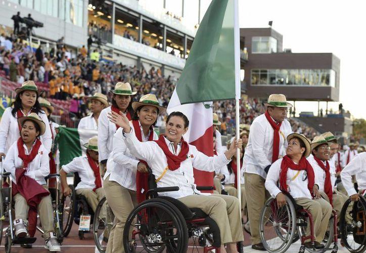 La delegación mexicana desfilando en la inauguración de los Juegos Parapanamericanos Toronto 2015, este 7 de agosto de 2015. Más de 180 deportistas representarán a México en la justa deportiva. (AP)