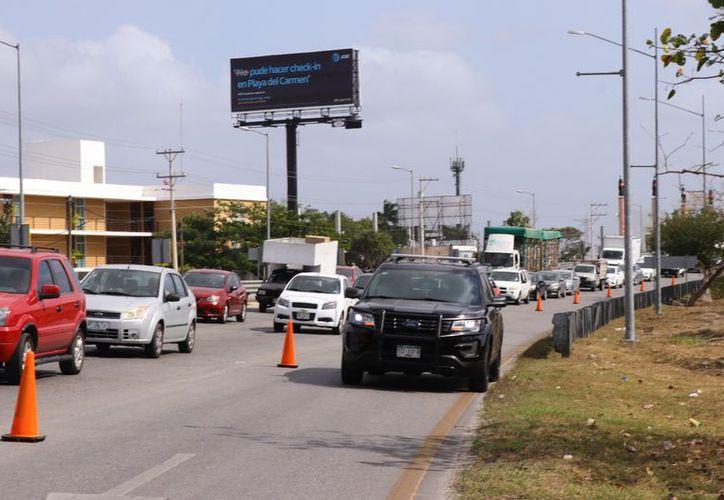 El embotellamiento en la zona afecta  a miles de automovilistas que a dario cruzan en la zona. (Imágenes de Jorge Acosta/SIPSE))