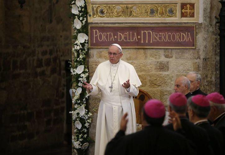 El Papa Francisco ora en la basílica de Santa María de los Ángeles, en Asís, Italia, el jueves 4 de agosto de 2016. (AP/ Antonio Calanni)