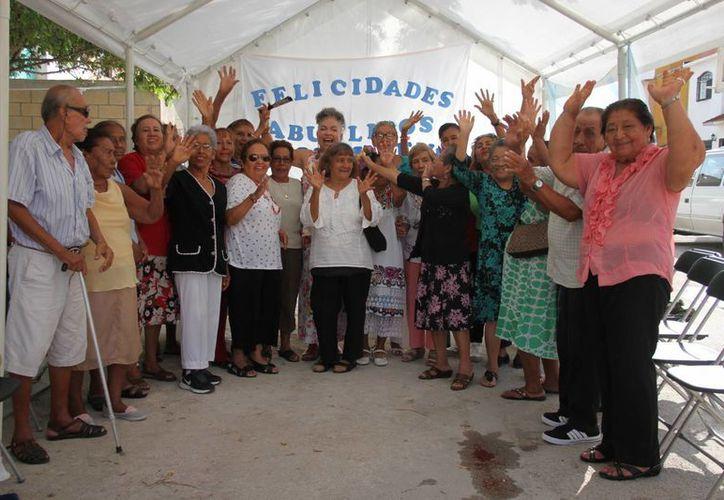 Con el cierre de la calle, cuatro horas de deleite y alegría desbordada, los abuelitos brotaron felicidad. (Consuelo Javier/SIPSE)