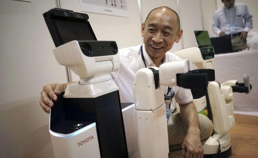 El HSR es un robot muy simple: ayuda a sostener y levantar objetos pequeños. (AP)
