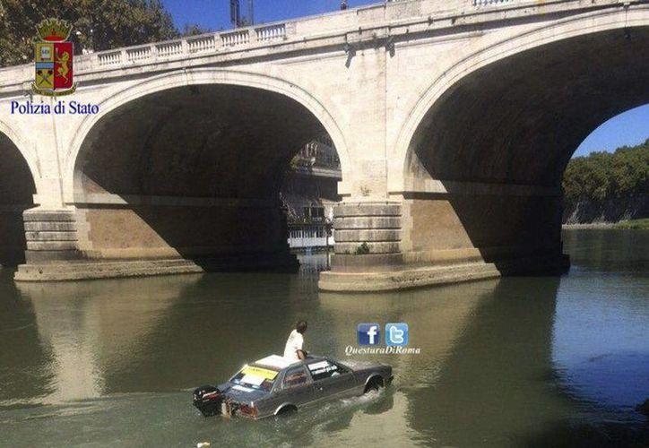 El piloto (o conductor) del Maserati anfibio vio frustrado su viaje a la romántica Venecia al ser detendido por la policía romana. (EFE)