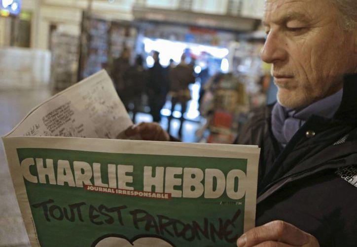 Los franceses hicieron largas filas desde temprano para adquirir el más reciente número de Charlie Hebdo. (AP)