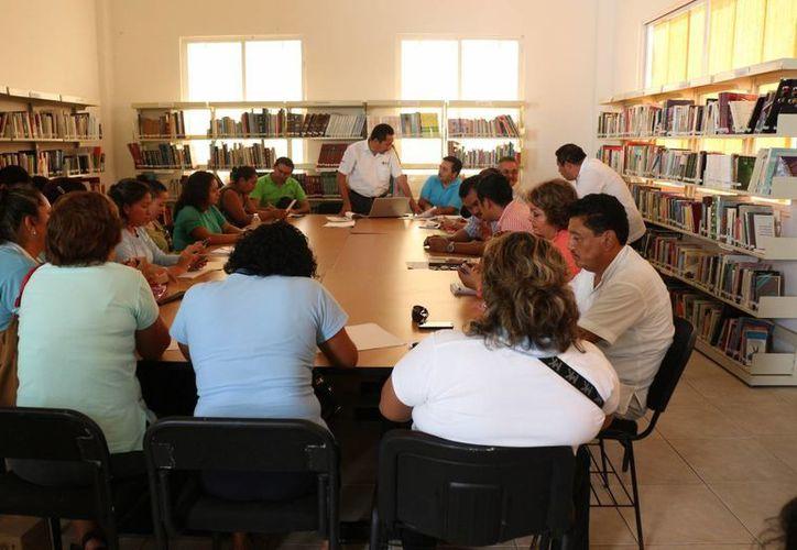 Autoridades, docentes y padres de familia se reunieron para abordar el tema del apoyo económico. (Adrián Barreto/SIPSE)