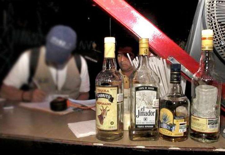 Por lo regular, las bebidas que se falsifican son ron, brandy, whisky, vodka, aguardiente y tequila. (animalpolitico.com)