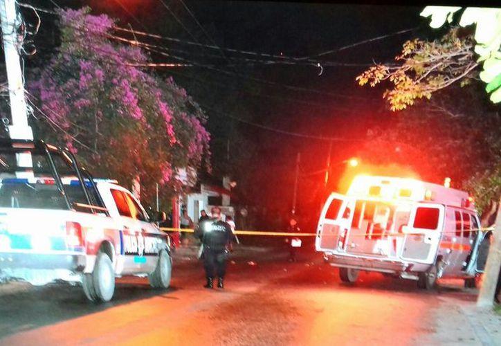 Paramédicos de la Cruz Roja atendieron a la persona lesionada. (Redacción)