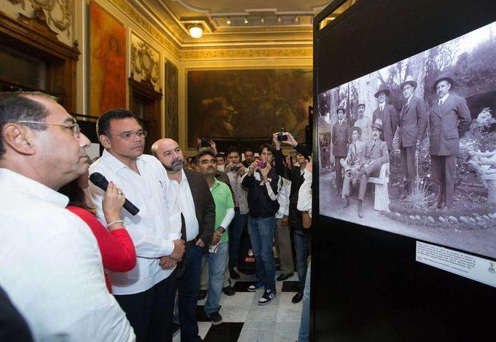 Entre los eventos que encabezó ayer el gobernador Rolando Zapata Bello estuvo una exposición sobre Felipe Carrillo Puerto en el Palacio de Gobierno. (SIPSE)