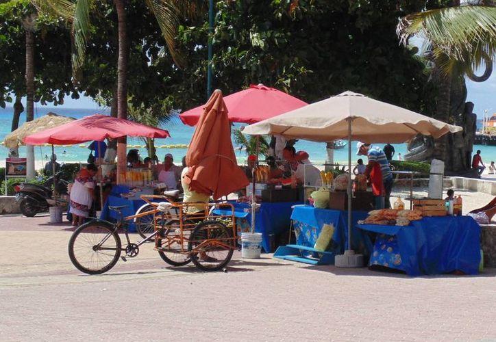 En el interés de mejorar la imagen urbana de Playa del Carmen, se llevan a cabo reubicaciones de los vendedores ambulantes. (Yesenia Barradas/SIPSE)