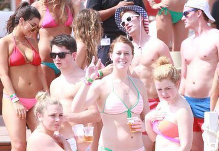 Algunos que creen que al venir a Cancún no podrán divertirse. (Gonzalo Zapata/SIPSE)