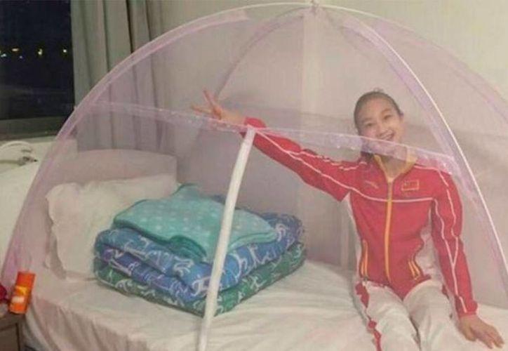 Así lucen las camas de las gimnastas chinas que están en Río de Janeiro por los Juegos Olímpicos. Cada quien se protege a su manera del mosco transmisor. (Foto tomada de as.com)