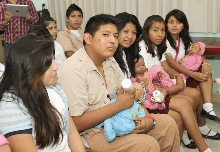 Los estudiantes 'cuidaron' al bebé 'artificial' durante unos días para que aprendan el significado de ser padres o madres a temprana edad. (Milenio Novedades)