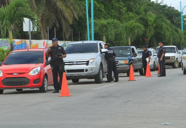 Durante el operativo, se realizó revisión de vehículos. (Ángel Castilla/SIPSE)
