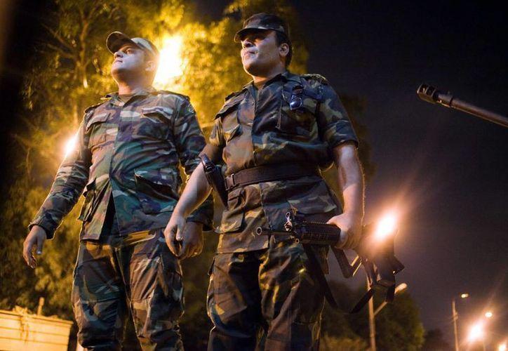 Unos militares egipcios tras el discurso del ministro de Defensa egipcio, Abdel-Fattah Al-Sissi, que anunció la suspensión de la Constitución y sustituyó en la presidencia al islamista Mohamed Mursi. (EFE)