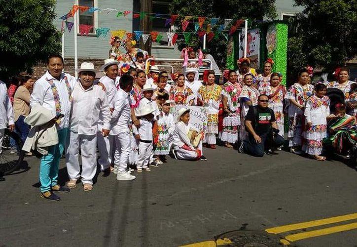 El contingente colorido de la comunidad yucateca destacó por su alegría y baile. (Cortesía)