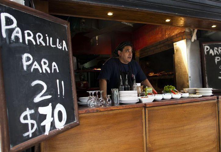 Pepe González trabaja en un restaurante que vende parrilladas para dos por 70 pesos (14 dólares), en Buenos Aires. (Agencias)