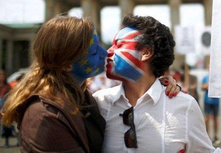 Dos activistas con la cara pintada con la bandera del Reino Unido y la Unión Europea se besan en protesta del Brexit. (Reuters)