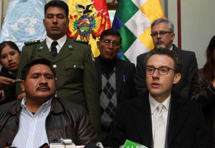 El representante de la Oficina de las Naciones Unidas contra la Droga y el Delito (UNODC) en Bolivia, Antonino De Leo (d), da una rueda de prensa junto al viceministro de Defensa Social y Sustancias Controladas, Felipe Cáceres (i). (EFE)