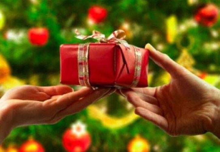 En cuestión de regalos, aunque la intención es lo que cuenta, es necesario conocer tips que te lleven a elegir un buen obsequio. (Foto/Internet)