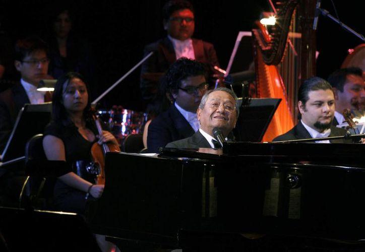 Manzanero ha escrito más de 400 canciones, participado en numerosos programas de radio y televisión. (Archivo/Notimex)