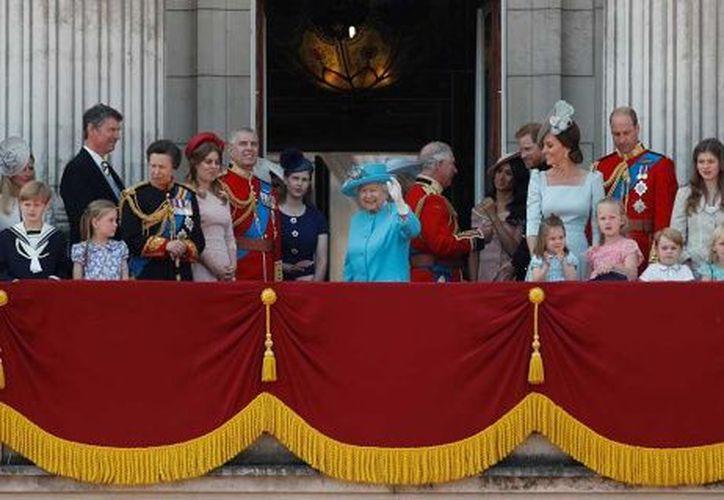 La reina Isabel II, vistiendo un traje azul y  usando un sombrero con flores en su cumpleaños. (Fotos: Reuters y AP)