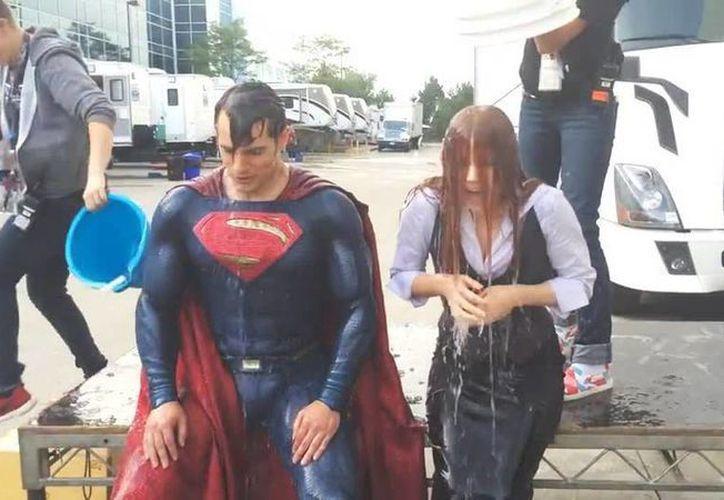 Los actores Henry Cavill y Amy Adams cumplieron el desafío caracterizados como Superman y Luisa Lane. (Facebook Henry Cavill Org)