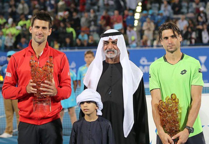 Djokovic (i), el Jeque Nahyan bin Mubarak Al Nahyan (c) y Ferrer (d), tras la final del torneo de Abu Dabi. (EFE)