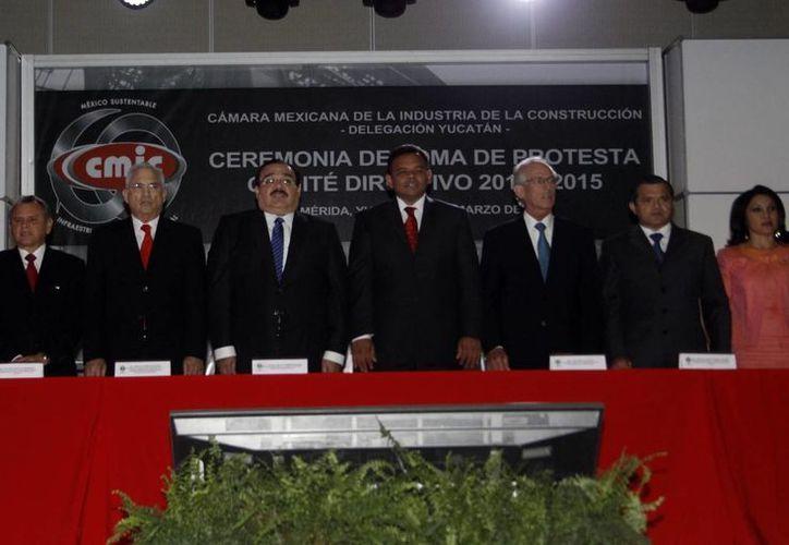 Miembros de la nueva directiva del CMIC. (Christian Ayala/SIPSE
