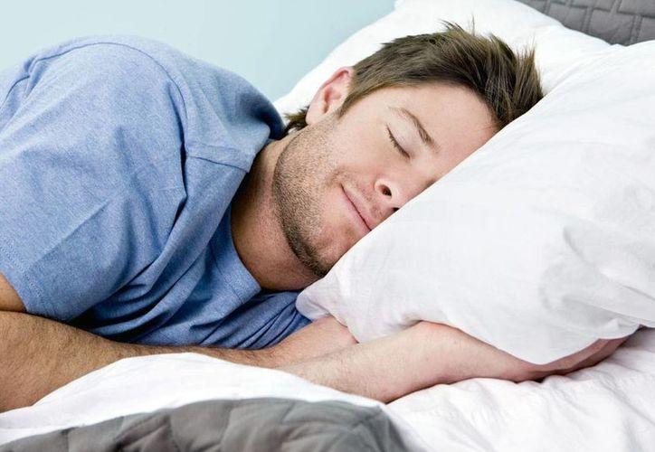 Si un hombre duerme sólo cinco horas por noche durante una semana, experimentará niveles más bajos de testosterona, lo que mata el deseo sexual y causa otros problemas de salud. (Archivo/Agencias)