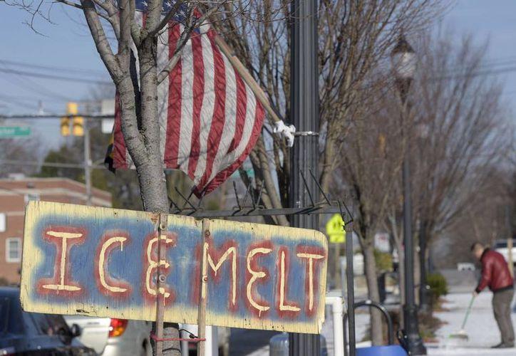 Se prevén nevadas menores en Nueva York, Boston y otras ciudades del norte. Un hombre barre la nieve de la acera en Towson, Maryland. (Agencias)