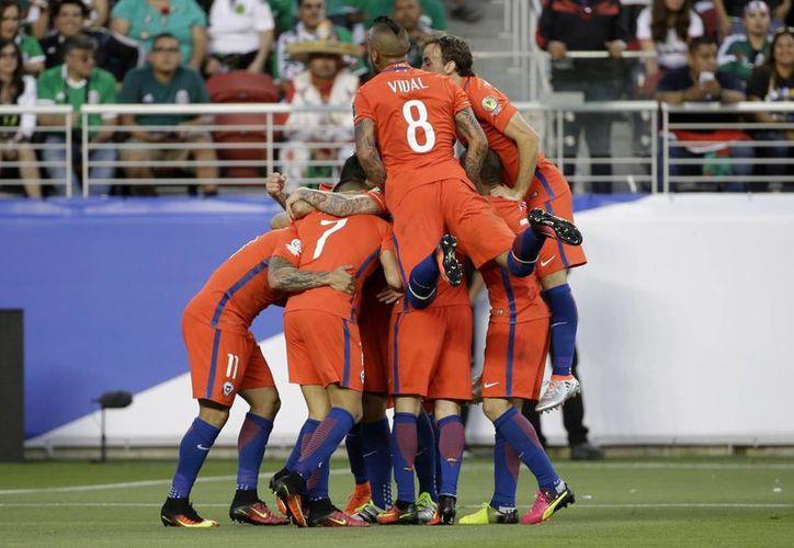 Ya que eliminó por 7-0 a México, Chile jugará las semifinales de Copa América Centenario contra Colombia el próximo miércoles 22. (AP)