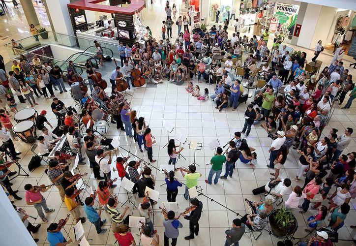 La Orquesta Sinfónica Juvenil atrapó los oídos de los paseantes y compradores de la plaza Altabrisa. (Milenio Novedades)