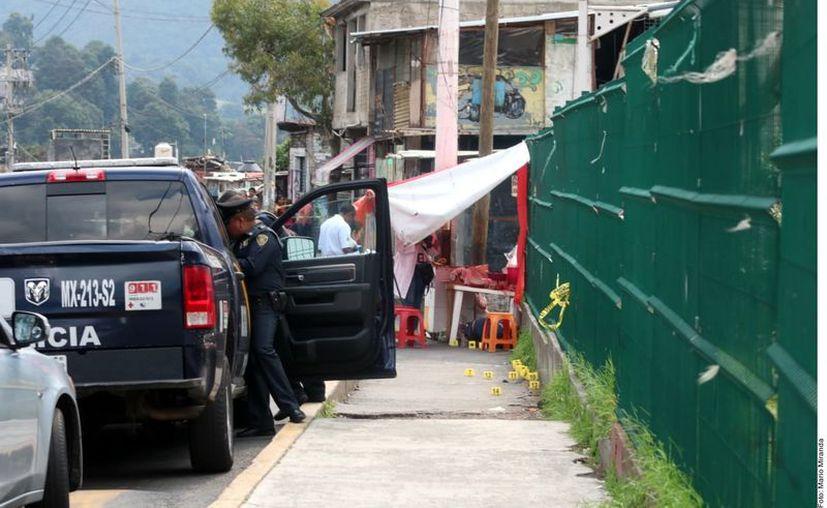 Mientras comían en un puesto callejero, en la carretera Picacho-Ajusco, un hombre, una mujer y un menor de edad murieron al ser atacados a balazos. (Agencia Reforma)