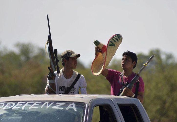 Decenas de vehículos con gente armada, pertenecientes a los Grupos de Autodefensas tomaron la localidad de Nueva Italia en Michoacán. (Foto tomada de @Siete24Noticias)