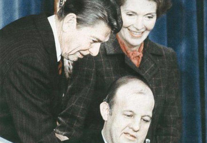 James Brady acompañado de Nancy Reagan y Ronald Reagan en EU. (upi.com)