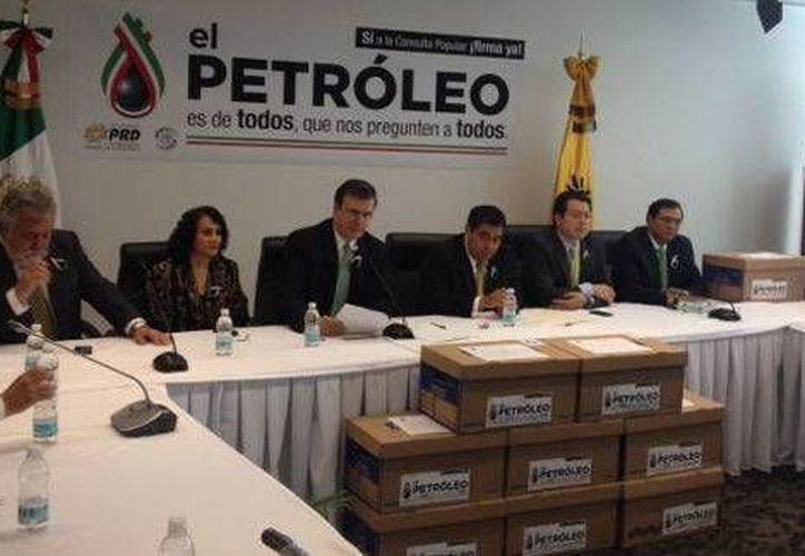 Marcelo Ebrad (c) entregó 158 mil 784 firmas para la Consulta Popular a senadores del PRD. (Milenio)