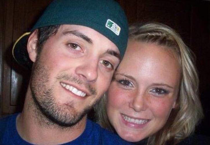 """Chris Lane con su novia Sarah, quien publicó en Facebook  que los cuatro años que pasaron juntos fueron """"los más increíbles"""" de su vida. (Facebook)"""