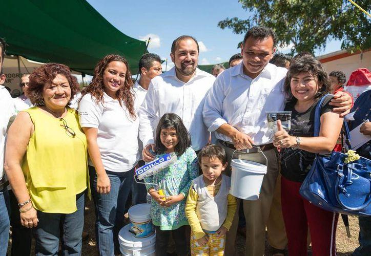 Este domingo el gobernador Rolando Zapata Bello entregó lotes de pintura a vecinos de Mérida. (SIPSE)