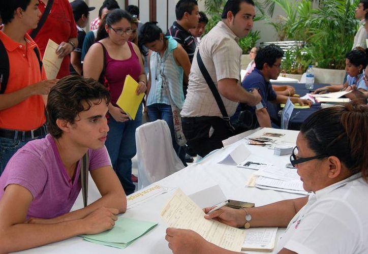 La Feria del Empleo Juvenil, realziada en el Olimpo de Mérida, atrajo mucho joven profesionista desempleado. (Wilbert Argüelles/SIPSE)